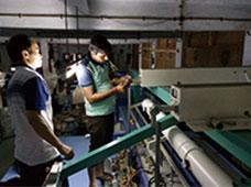 协助印度苏拉特客户 安装激光平绣一体机